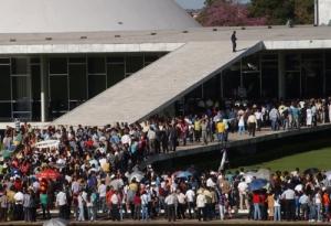 EVANGÉLICOS INVADEM CONGRESSO EM PROTESTO CONTRA PROJETO RELATADO POR FÁTIMA; SENADORA ATACA RELIGIOSOS