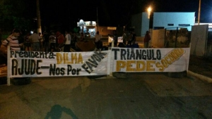 Moradores do Bairro Triângulo, em Porto Velho, realizam protesto e pedem ajuda contra enchente