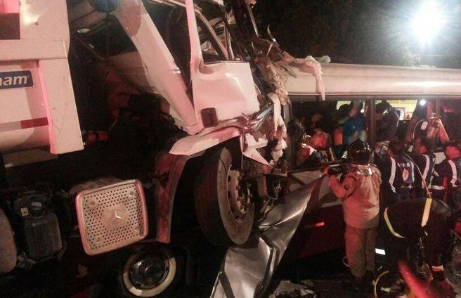 Acidente entre caçamba e micro-ônibus deixa 14 mortos em Manaus