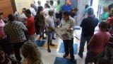 Servidores ocupam prefeitura e exigem pagamento de benefício prometido