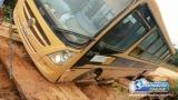 Ponte cede e ônibus com 40 alunos quase cai em rio