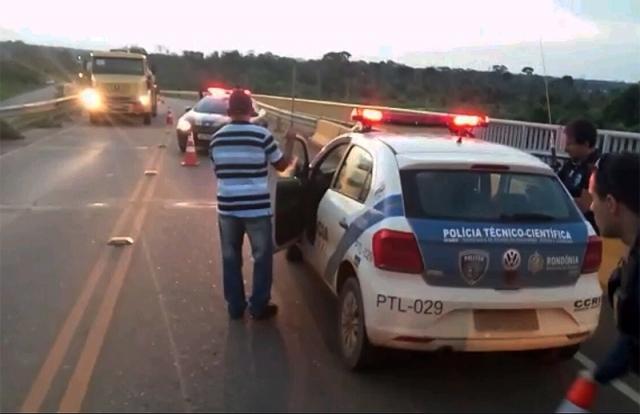 Sem capacete, motociclista colide em proteção e morre na ponte do Rio Madeira