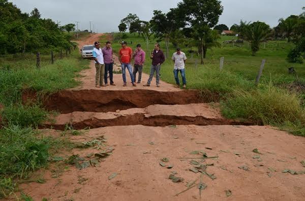 Forte chuva rompe tudo e aterro em estrada rural desaba