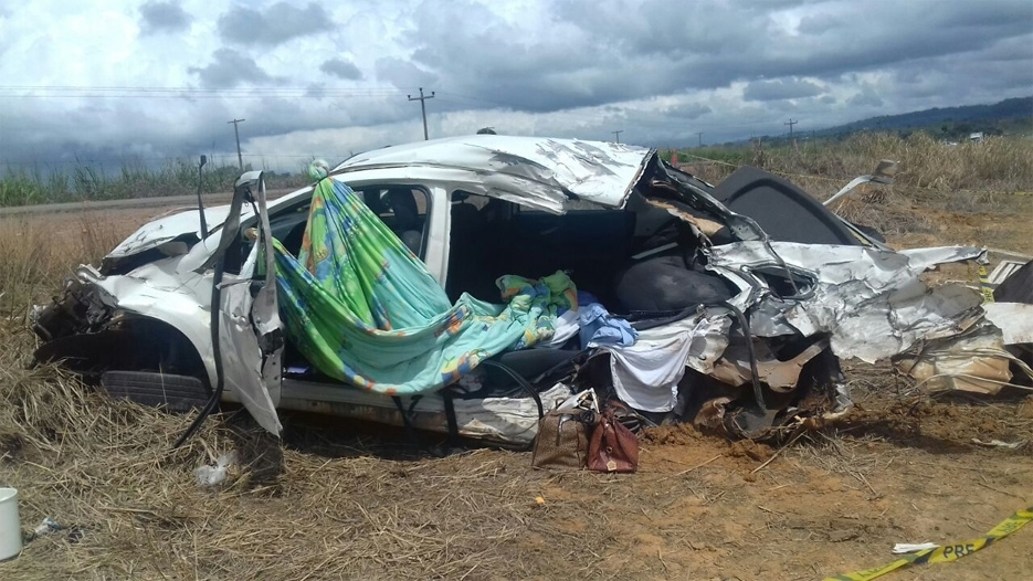 Colisão entre caminhão e carro deixa mulher gravemente ferida