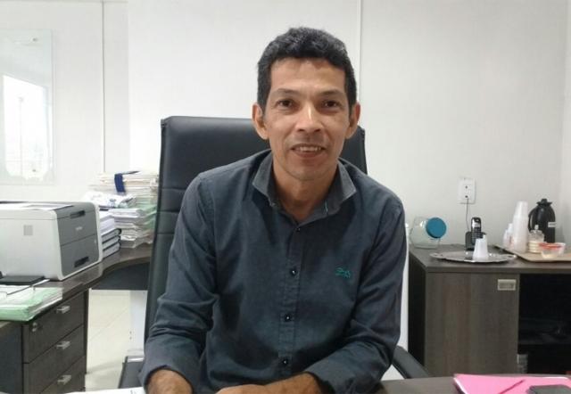 Secretário reduz 50% de comissionados e envia 300 servidores da Semed para escolas
