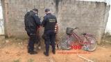 Albergado e adolescente ameaçam esfaquear vítima durante roubo e são detidos por populares