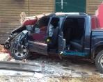 Motorista perde o controle de S-10, bate em poste e destrói muro na Capital