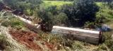 Motorista tenta ultrapassagem e caminhão tanque tomba na BR-364 em Porto Velho