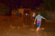Rio Mororó sobe e desabriga dezenas de famílias em Jaru