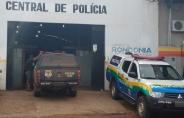 Polícia prende dois suspeitos por porte ilegal de arma e moto furtada