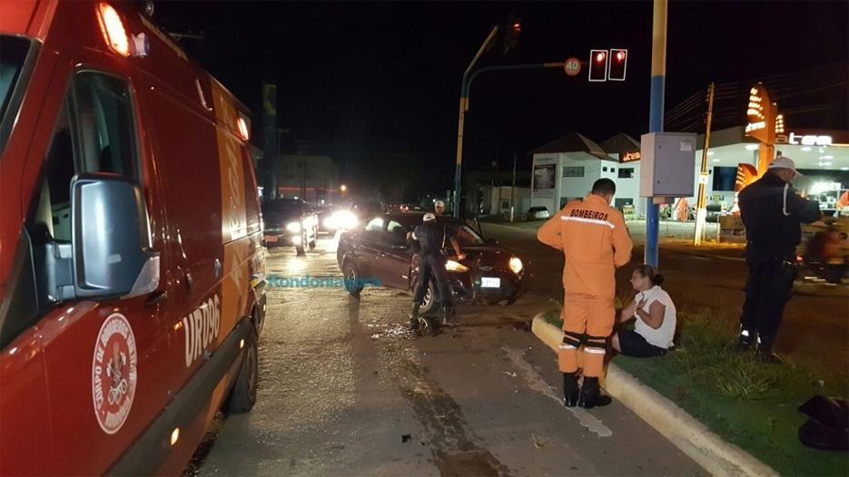 Colisão entre carros deixa mulher ferida no cruzamento da Rio Madeira com Rio de Janeiro