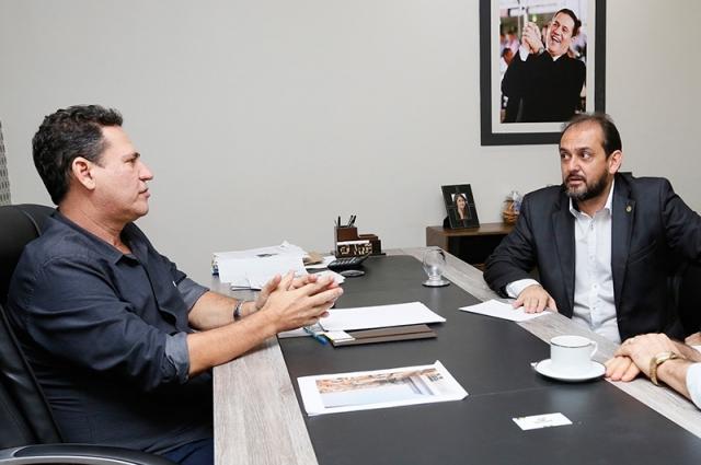 Maurão de Carvalho e Laerte Gomes homenageiam Paulo Moraes
