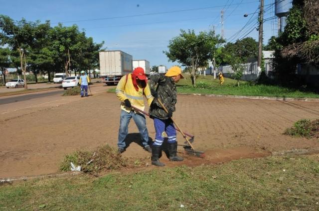 Principal via da zona norte, Costa e Silva passa por limpeza geral