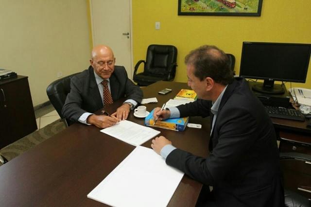 Governador assina transferência do prédio do relógio para a Prefeitura
