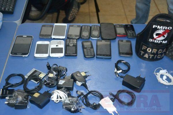 Bando é preso com drogas e celulares que seriam jogados dentro de presídio