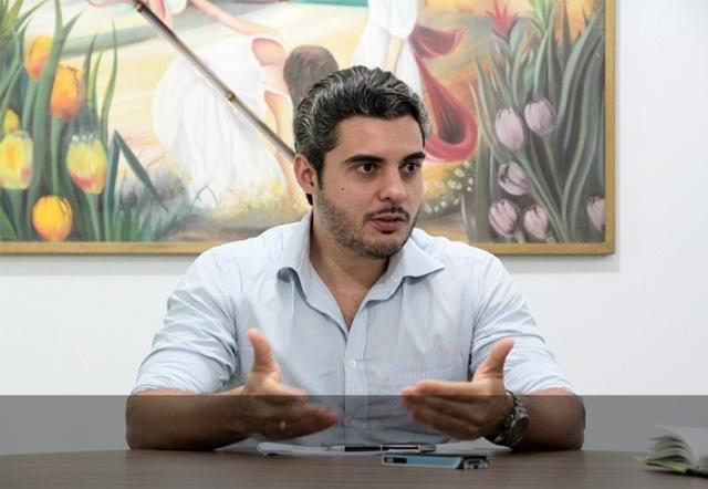 Juíza dá razão a Thiago Flores e manda arquivar ação dos MPs que questionava retirada de livros com fotos de união gay