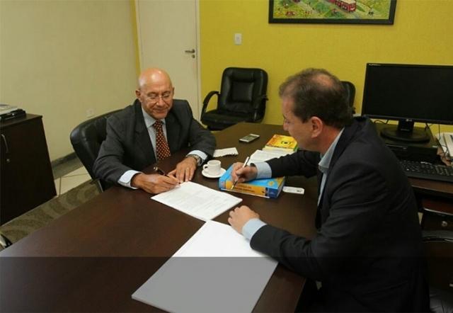 Governador e prefeito selam acordo e serviços de água e esgotos serão privatizados
