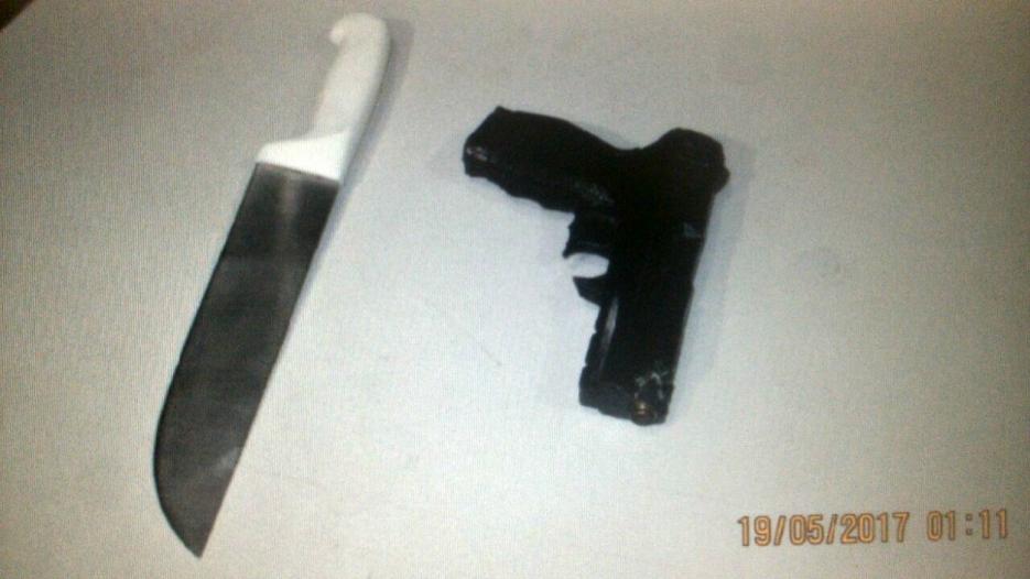 Dois são detidos com arma de brinquedo e faca após roubo