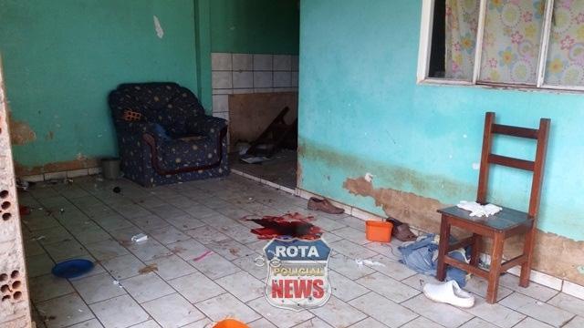 Homem é assassinado a facadas; suspeito liga para esposa da vítima e informa morte