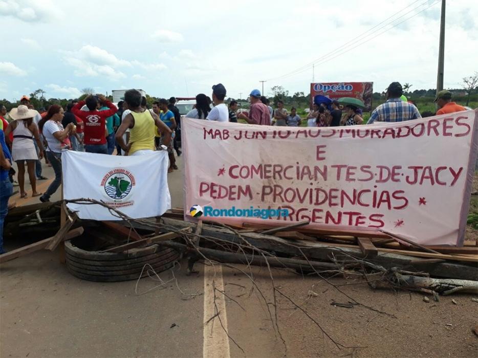 BR-364 é bloqueada por manifestantes em Jacy-Paraná