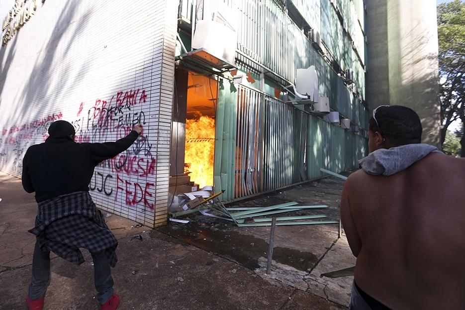 Manifestantes entram em confronto com a Polícia e causam destruição em Brasília