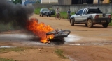 Moto incendeia após motociclista perder controle do veículo e cair