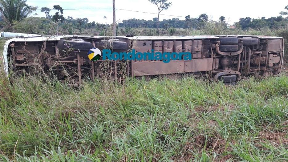 Ônibus tomba na BR-364 em Extrema, mata uma criança e deixa vários feridos