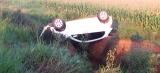 Motorista bate em buraco e capota em rodovia