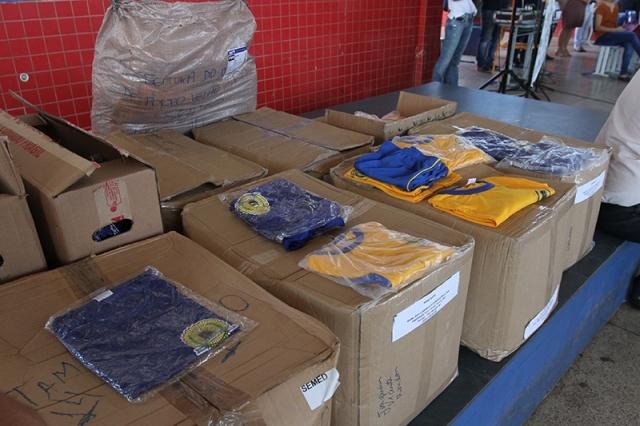 Prefeito entrega uniformes a alunos da rede municipal