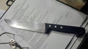 Revoltado pelo fim do relacionamento, homem agride esposa a facada