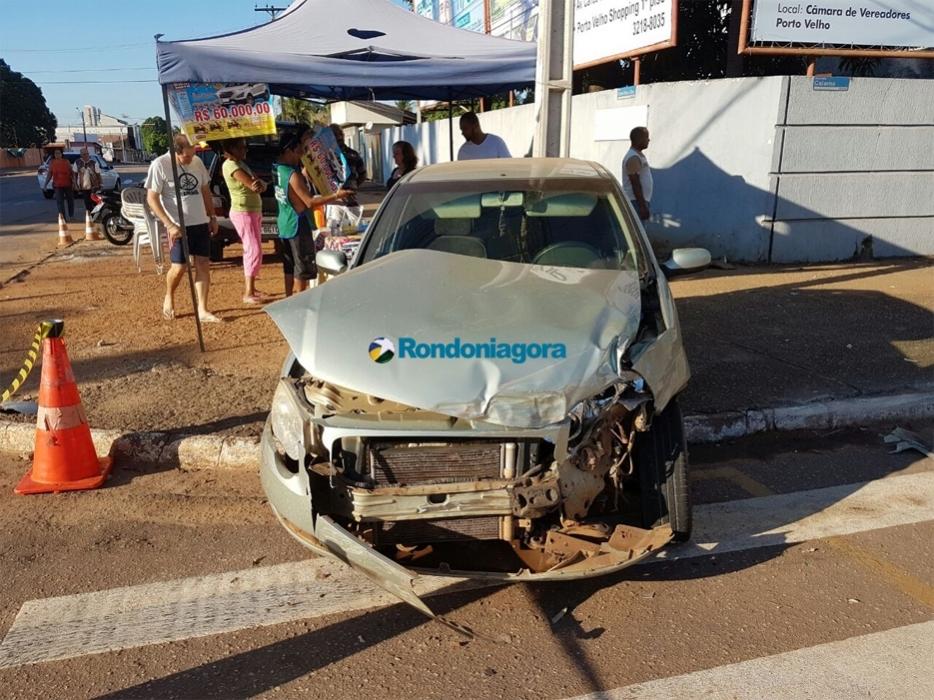 Criminosos em fuga provocam grave acidente envolvendo cinco veículos; mulher fica presa às ferragens