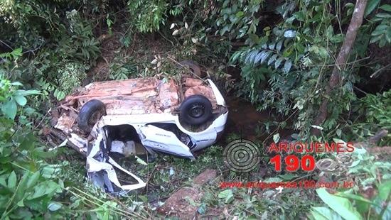 Taxista atropela capivara e cai em ribanceira na BR-364; Veículo tinha quatro passageiros