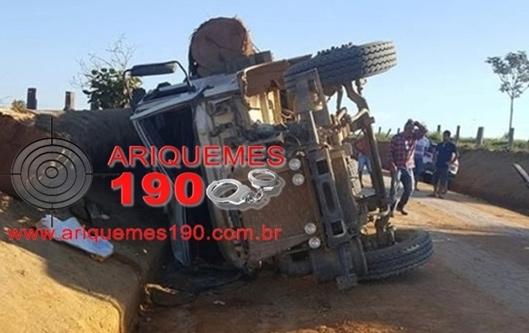 Caminhão carregado com toras tomba e jovem morre esmagada em área rural