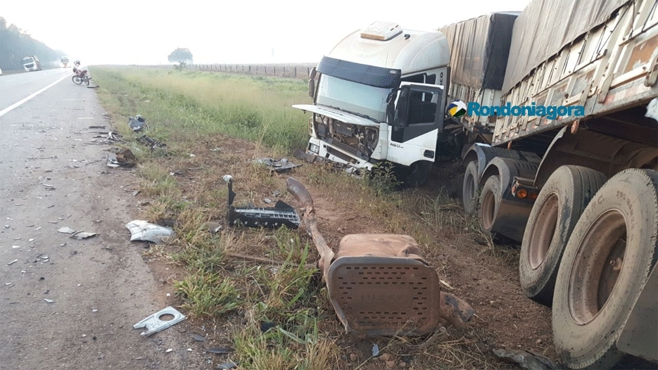 Colisão entre carreta e automóvel deixa motorista de 20 anos preso às ferragens na BR-364. Fotos