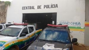Homem furta capacete e é detido pela vítima e testemunha