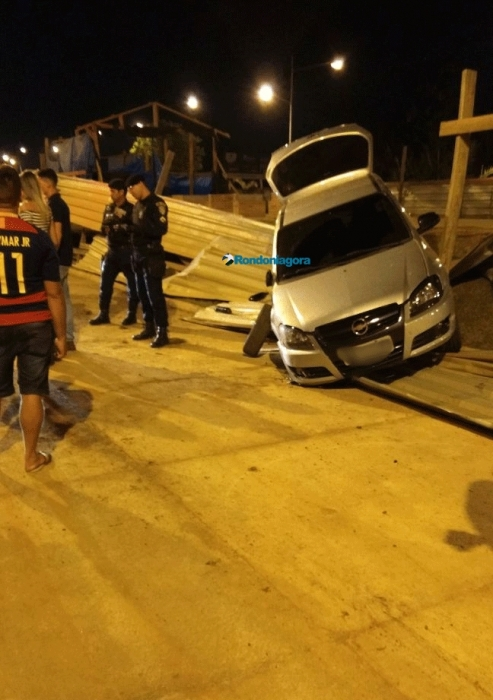 Jovem é preso por embriaguez na direção após colidir veículo contra obra do Espaço Alternativo