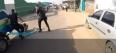 Vídeo: Homem descontrolado é baleado após tentar matar policiais