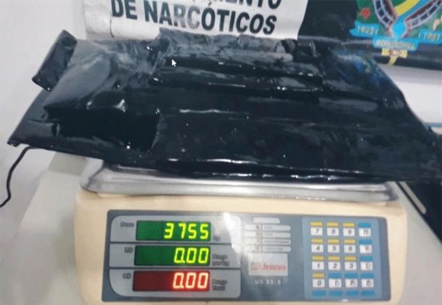 Dupla é presa com quase quatro quilos de cocaína em fundo falso de mala