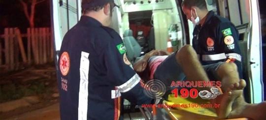Jovens são baleados em frente de residência durante a madrugada