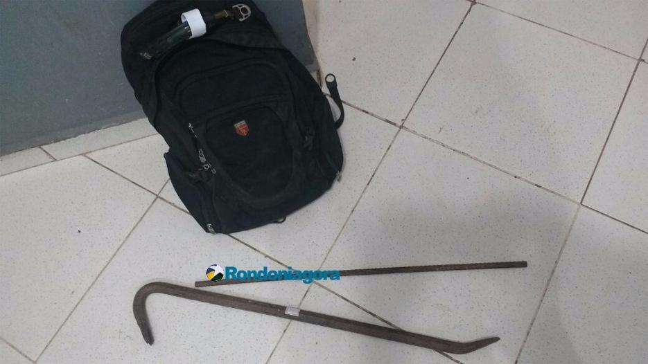 Homem é flagrado por populares tentando abrir cadeado com pé de cabra em Porto Velho