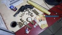 Bando suspeito de assaltos é preso com drogas e arma