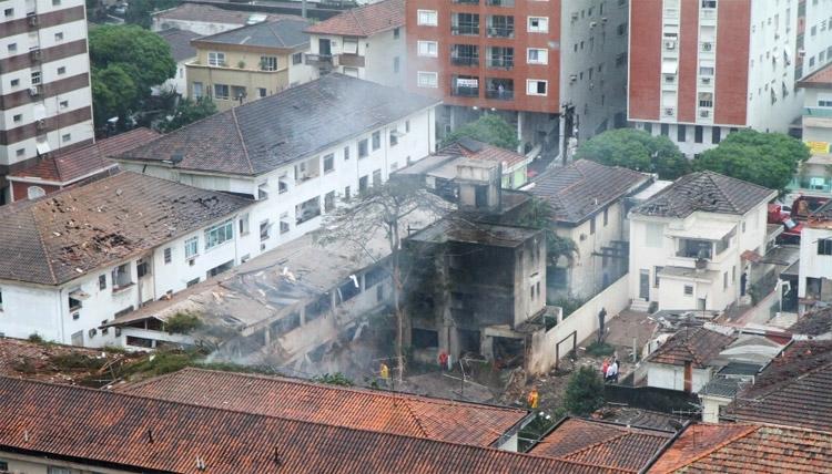PRESIDENCIÁVEL EDUARDO CAMPOS MORRE EM ACIDENTE AÉREO