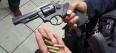 Dupla rende família e troca tiros com a polícia para roubar caminhonete