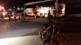 Colisão entre ônibus e moto deixa três pessoas feridas
