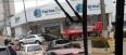 Carro para na porta de farmácia após colisão com caminhonete