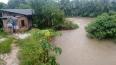 Barranco desmorona e desabriga família em Porto Velho
