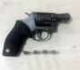Dupla é detida com arma de fogo; um dos suspeitos é foragido