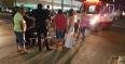 Colisão entre carro e moto deixa mulher com suspeita de fratura na perna, em Porto Velho