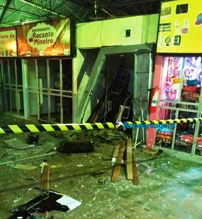 Bandidos explodem caixa eletrônico de rodoviária e levam todo o dinheiro