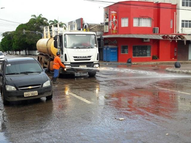 Equipes da Semusb realizam limpeza da Pinheiro Machado após desfile de carnaval